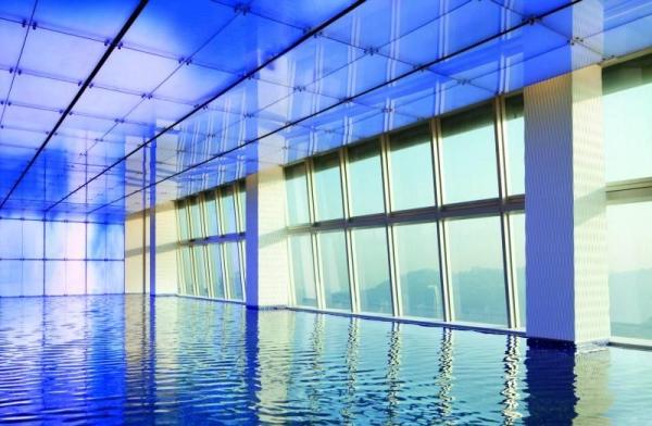 同樣位於第 118 層的室內游泳池,景色迷人。