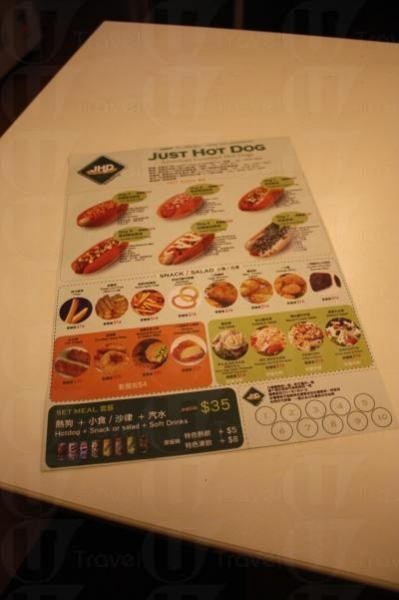 Just Hot Dog 備有多款熱狗、小食和飲品可供選擇。