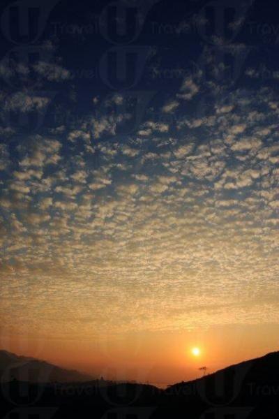 夕陽映出天空一片漸變的藍。
