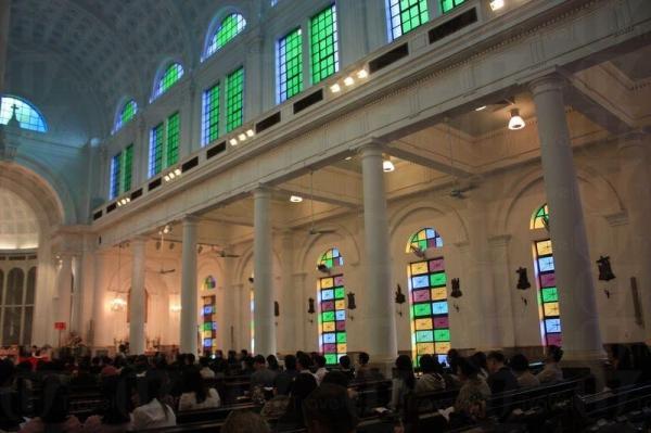 教堂圓拱形的天花、彩色的玻璃窗到古典風的圓石柱到甚有歌德式建築的風格。