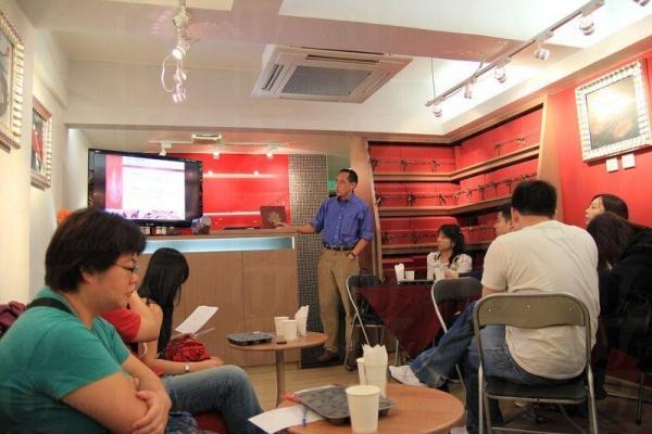 負責人 Michael 講解朱古力的來源和文化,大家邊聽課邊試食各種朱古力。