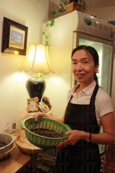 北村小姐手上的是當日新鮮烘焙的咖啡豆。