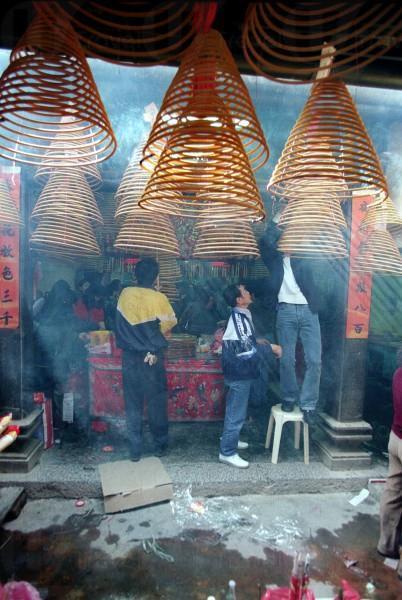 天后廟中掛滿了香港寺廟中尚見的線香。