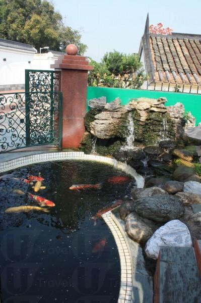 荷曄庭門口設有一大錦鯉池,估也估不到中式園林中賣的竟然是西菜。
