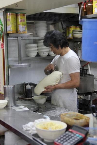 刀削麵也是師父即叫即削,絕不欺場。
