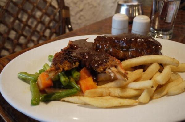 雅士餐廳的食物價廉物美,極受歡迎。
