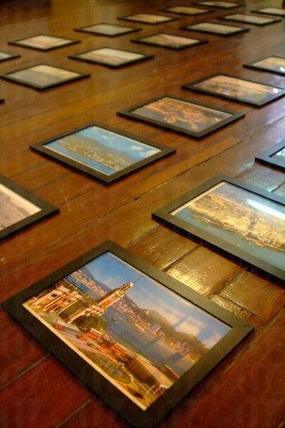 展覽中放在地上的相片。