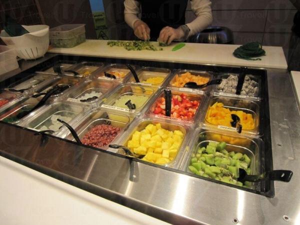 員工在旁切好水果補充 toppings,令配料保持新鮮。