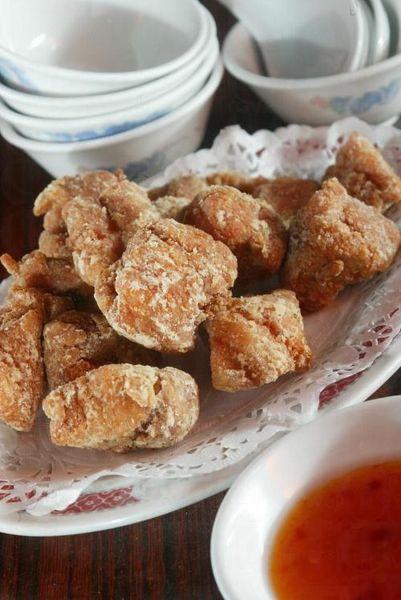 陳泗記的南乳炸骨用經醃製過的排骨,配以南乳汁下鑊油炸成,香脆可口。