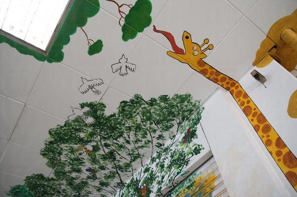 這幅童趣十足的森林壁畫,讓人不自覺發出會心微笑。