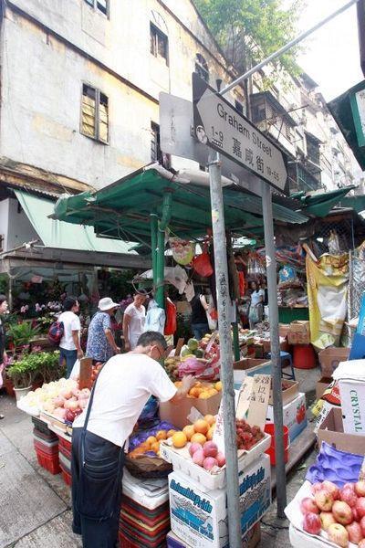 嘉咸街陳舊檔舖猶在,昔日香港小市民的生活氣息亦猶存。