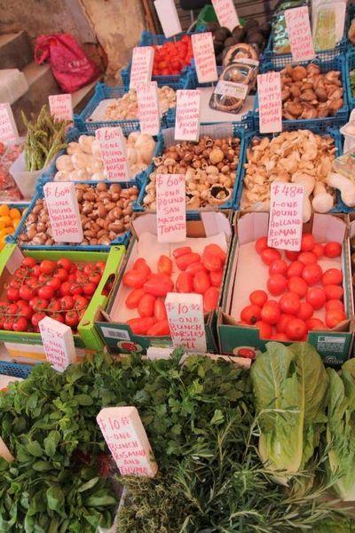 嘉咸街的進口蔬菜來自世界各地,可與高檔超市平分秋色,吸引大量外國捧場客。