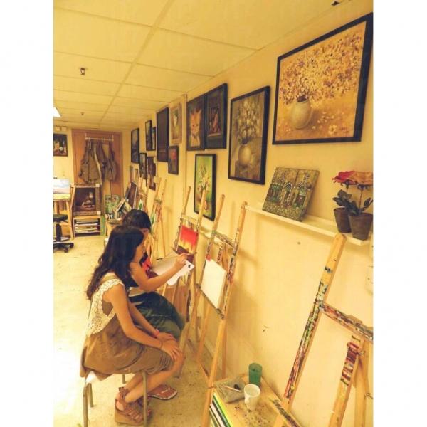 自肋畫室固然一切自助,然而若各位想於專家指導下完成創作,也可以參加畫室的油畫與塑膠彩繪畫班。