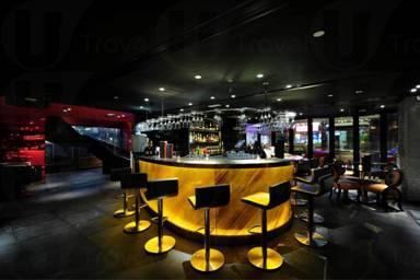 Tonno Bar 一邊有紅色裝潢配上黑色地板,而另一邊則以柔和的大地色調作主調。(相片來源:The Tonno)