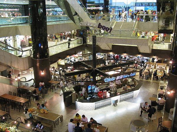 新港中心地庫的食坊雲集多間餐廳,讓你品嘗多國美食。