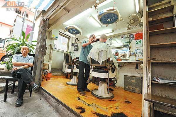 西邊街橫巷的友記理髮開了幾十年,由陳師傅和胡師傅兩人打理。