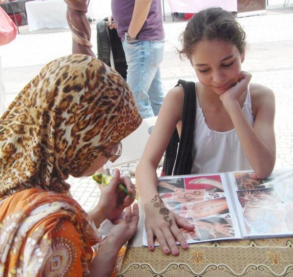 每逢節慶,南亞朋友都會畫 Henna 紋身祝福大家,所畫的蓮花就有 blessing 的意思。