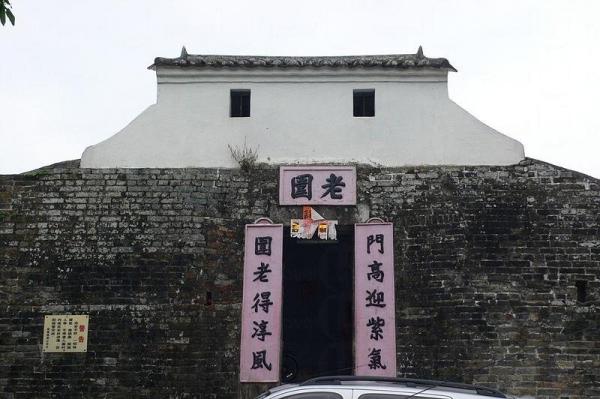 老圍是龍躍頭鄧族聚居的圍村,老圍門樓及圍牆於1997年1月31日被列為法定古蹟。
