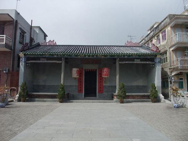 敬羅家塾是該村鄧族的祠堂及家塾,於 1998 年被列為法定古蹟。