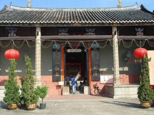 鄧氏宗祠是香港最大的祠堂之一,為屏山文物徑的重點古蹟。
