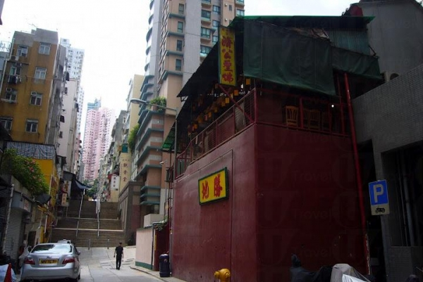 廣福義祠俗稱百姓廟,建於 1850 年代,為香港歷史最悠久的廟宇之一。