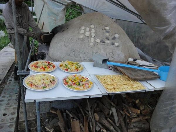 農場內可以體驗土窯食物,包括麪包和薄餅。