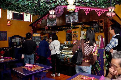 國際十字路會內的絲綢之路咖啡店的茶點都是公平貿易產品。