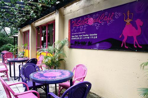 咖啡店外設有露天茶座。