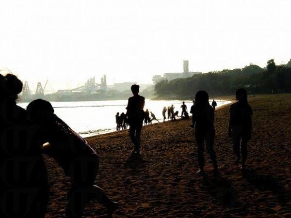 除了游水,也有不少人在這裡玩沙灘排球。