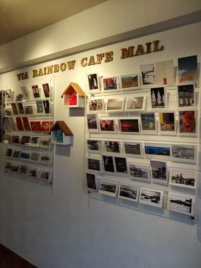 近門口位置放滿的明信片($15/張)均以長洲作主要題材,收入供支持島上藝術家。