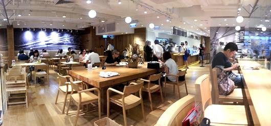 Cafe 以玻璃與商店區分隔
