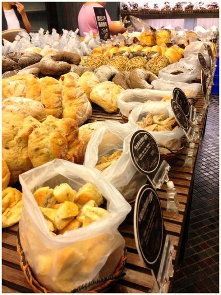 所有麵包都被切成粒粒放在小兜內免費讓客人試食(相片來源:網上圖片)