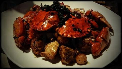 胡椒蟹,用上黑白胡椒及新鮮青胡椒去炒,並選用1公斤薄殼肉蟹,胡椒味可逼入蟹肉之內,又不會蓋過蟹肉鮮味,滋味無窮 (網上圖片)