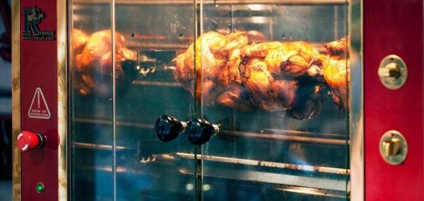 La Rotisserie 門口設置旋轉式專業烤雞爐,雞肉受熱均勻