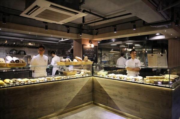 Stanley Cave 店中最搶眼的,就是中央一列玻璃麵包櫃,麵包每日新鮮製造