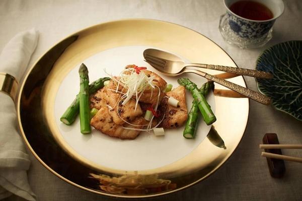 欣賞完藝術品後,更可以到都爹利會館內的主用餐區品嚐著名中菜大廚蕭顯志的精緻地道中菜