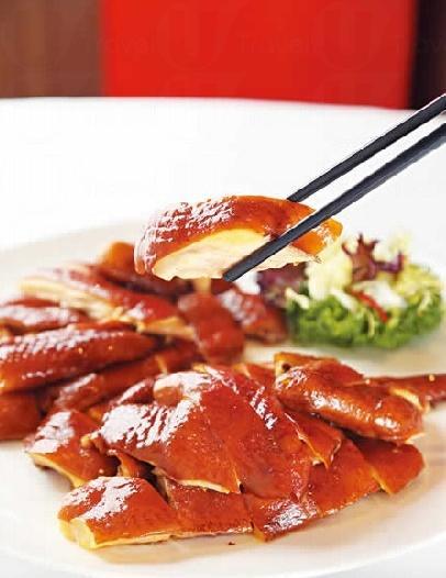 太爺雞 $388/隻:只選油份足的 2 斤半走地雞,先浸過淡淡藥材味的醬汁,再以普洱混香片茶葉輕燻,火候控制得好才做到依然juicy