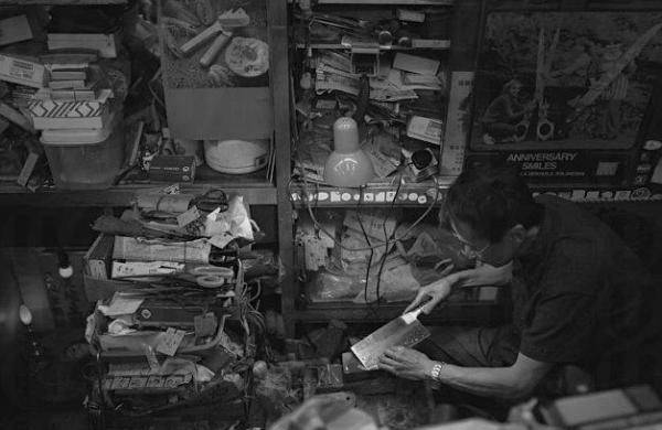 由父親承繼了賣刀的生意,何先生及太太兩夫婦堅持出售真材實料的刀具,每一把也都見證著老香港的樸實奮鬥精神(網上圖片)