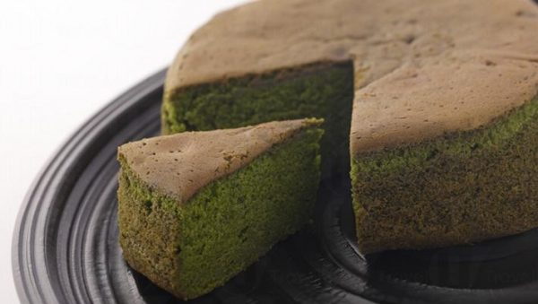 「抹茶滿月牛乳蛋糕」原個以獨立包裝由日本運抵香港,採用最尊貴的抹茶金天閣作為主要材料,配以牛油和日本麵粉烘焗而成。