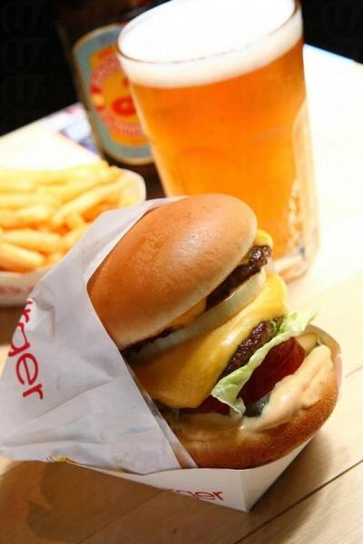 雙層牛肉芝士漢堡是CaliBurger的招牌作之一,足有5 吋高。
