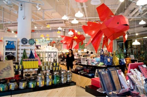 商場內有多間本土特色店舖,如「HKID Gallery」、「雙妹嚜」、「Mousse」、「住好啲」等。