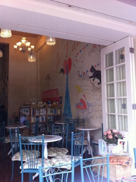 小店裝潢以藍和白為主調,清新得來帶有歐陸風情