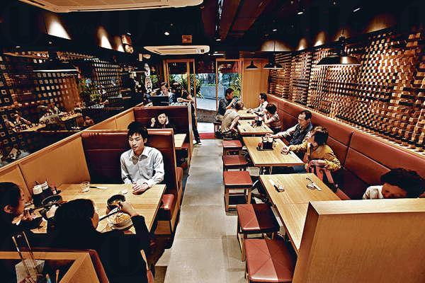 香港店室內設計自成一格,亦不失和式格調,惟舖面不大,略覺擠迫。