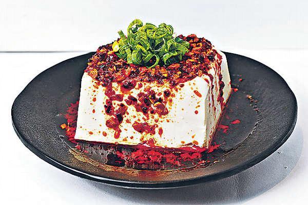 辣油豆腐 $20所用的辣油,是將辣素抽取來製成,混合味噌、大蒜等,配味淡的豆腐,相當惹味。