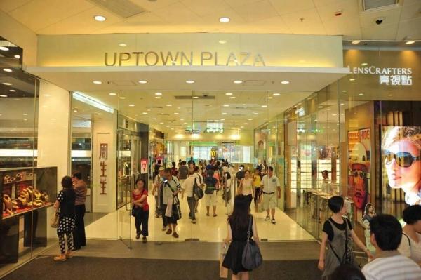 新達廣場鄰近港鐵站及巴士總站,交通方便。