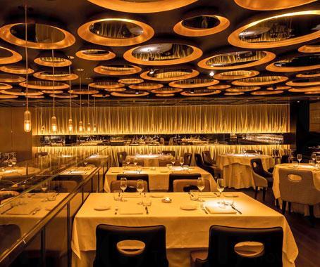 用餐區以黃、黑色為主調,感覺華麗。