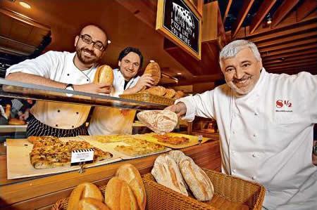 Bombana(右)為整間餐廳設計意念,而其弟子 Valentino(左)會於店坐鎮,麵包大師 Giuluano(中)則負責監控麵包及 Pizza 出品。