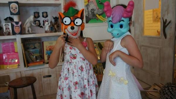 提供不同動物的趣怪面具。