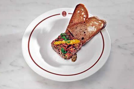 草飼澳洲牛肉他他(套餐加 $40):把牛柳肉弄碎,加酸青瓜、紅洋葱、鹹魚仔辣汁等調味,最精采是慢煮 4 小時的溏心蛋,令他他吃來更惹味。