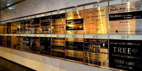 新海怡廣場內的指示牌清楚列明名牌商鋪的位置 圖:香港旅發局